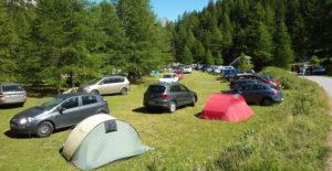 parcheggio sui prati in montagna