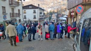 turisti in coda a Sauze d'Oulx