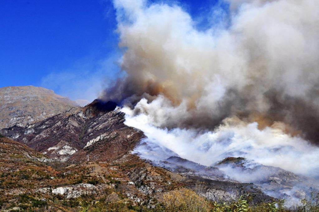 Aspettavamo la neve, cade la cenere: 1200 ettari bruciati negli incendi in Valle di Susa. Foto di PAOLO BOREA